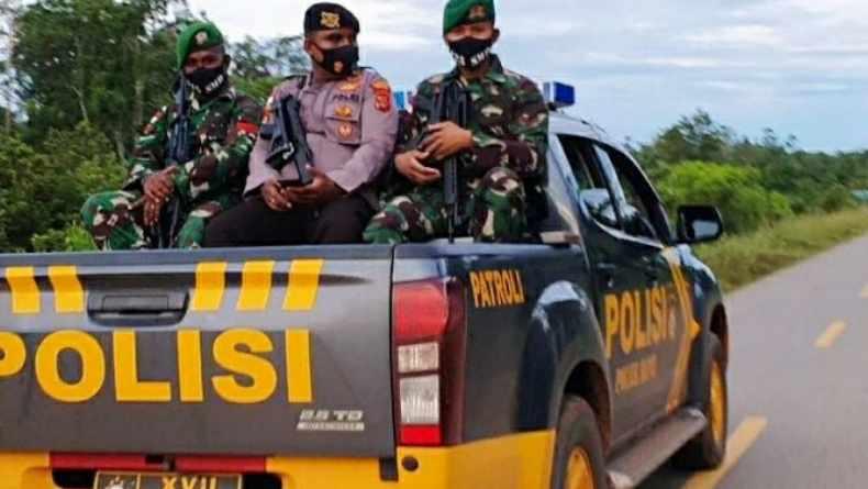 Personil TNI Gelar Patroli di Perbatasan RI Sasar Patok Pembatas