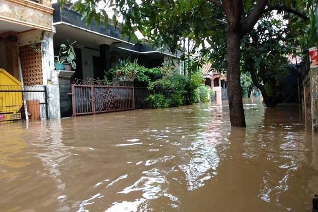 Antisipasi Banjir, Kelurahan Penggilingan Bersihkan Gorong-gorong
