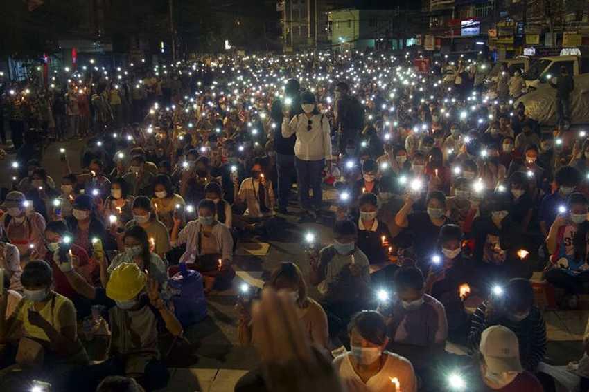 Di Bawah Cahaya Lilin, Pengunjuk Rasa Myanmar Lanjutkan Protes Sepanjang Malam