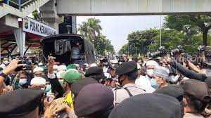 Polisi dan Pendukung HRS Bentrok, 3 Orang yang Diduga Provokator Diamankan