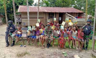 SATGAS YONIF 512 Bagikan Buku Gratis Untuk Meningkatkan Semangat Minat BacaAnak anak Papua