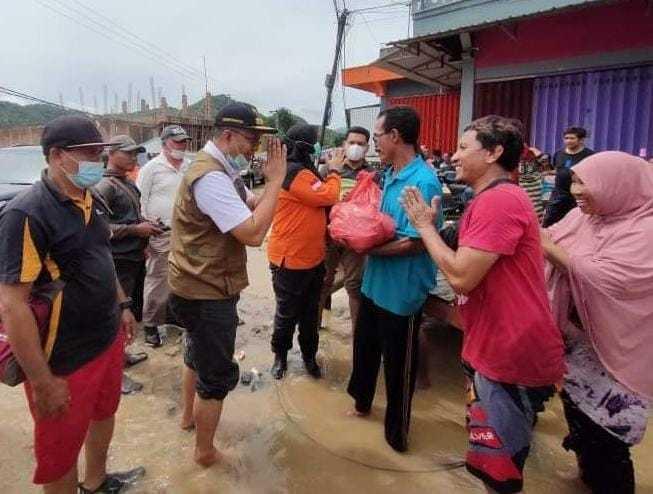 Tampa Alas Kaki Gubernur NTB Tinjau dan Berikan Bantuan Kepada Korban Banjir Di Bima