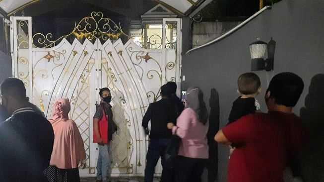 7 Bulan Tidak Dibayar, Puluhan Member EDCCASH Datangi Rumah CEO di Bekasi Tuntut Uang Kembali