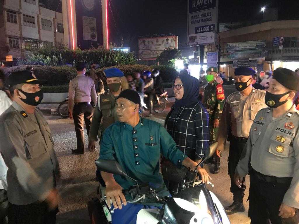 IPTU R Nasution (Kasubbagproggar Bagren) Sedang Memberikan Nasehat Kepada Masyarakat