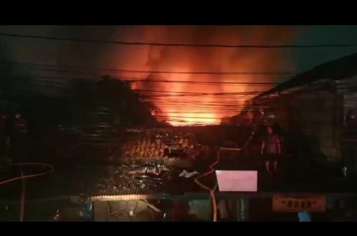 14 Mobil Damkar Dikerahkan Untuk Padamkan Api kebakaran di Slipi