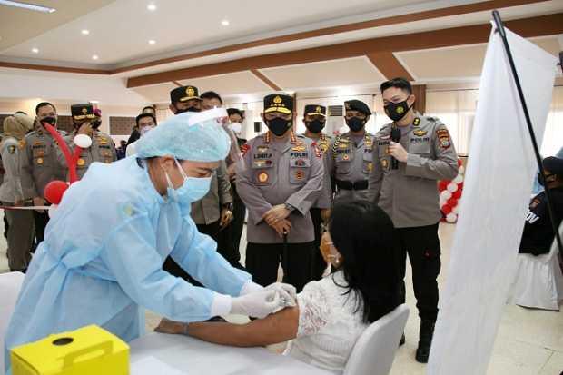 Kapolri Jenderal Pol Listyo Sigit Prabowo Tinjau Vaksinasi Massal COVID-19 di Manado
