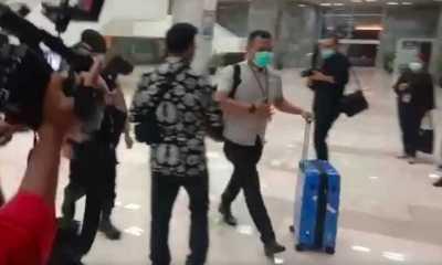 Geledah Ruangan Azis Syamsuddin, Penyidik KPK Keluar Bawa Dua Unit Koper