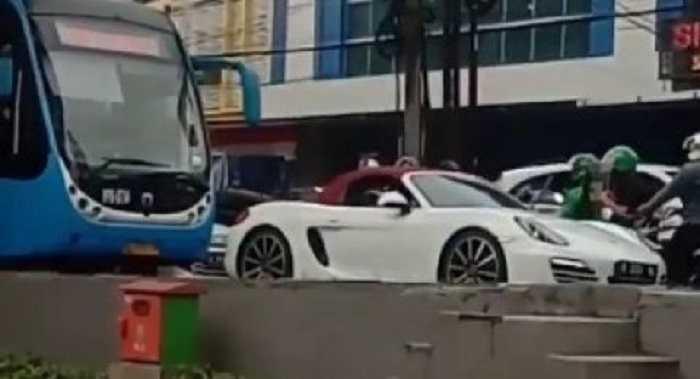 Polisi Tangkap Pengendara Porsche yang Terobos Jalur Bus TransJakarta
