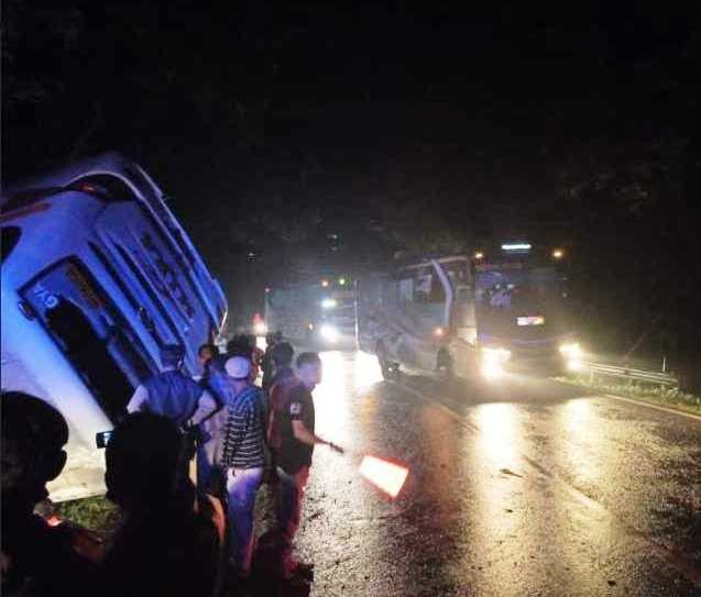 Bus Mira Terbalik di Jalan Raya Ngawi-Surabaya, 6 Penumpang Luka