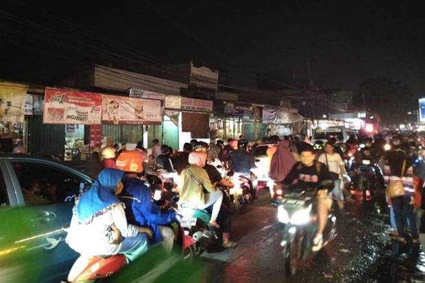 Sejumlah Ruas Jalan Bekasi Macet Akibat Pasar kaget saat Malam Takbiran