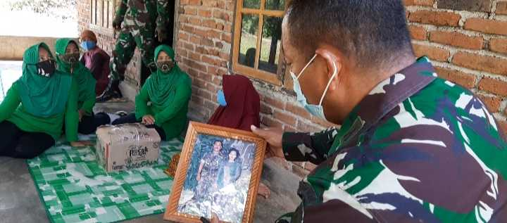 Keluarga Almarhum Prajurit TNI 3 Tahun Tinggal di Kandang Sapi,Persit Ranting VI Janapria Berikan Bantuan