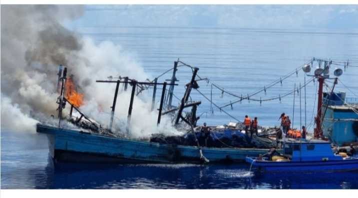 Tim Sar Gabungan Selamatkan KM Sinar Mas Yang Terbakar, 3 ABK Dirawat Intensif