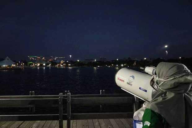Masyarakat Jakarta Antusias Saksikan Gerhana Bulan Total dari pantai Ancol