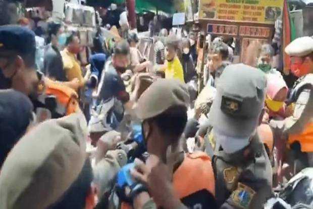 Satpol PP Kewalahan Menertibkan PKL di Pasar Tanah Abang