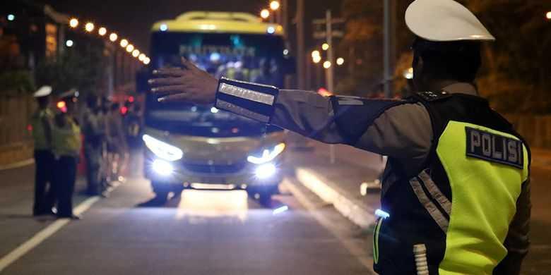 Antisipasi Penyebaran Covid Aparat TNI Polri Lakukan Penyekatan Berlapis di Jembatan Suramadu