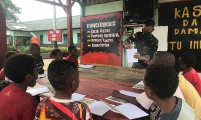 TNI Berikan Bimbingan Belajar Kepada Anak-Anak di Papua