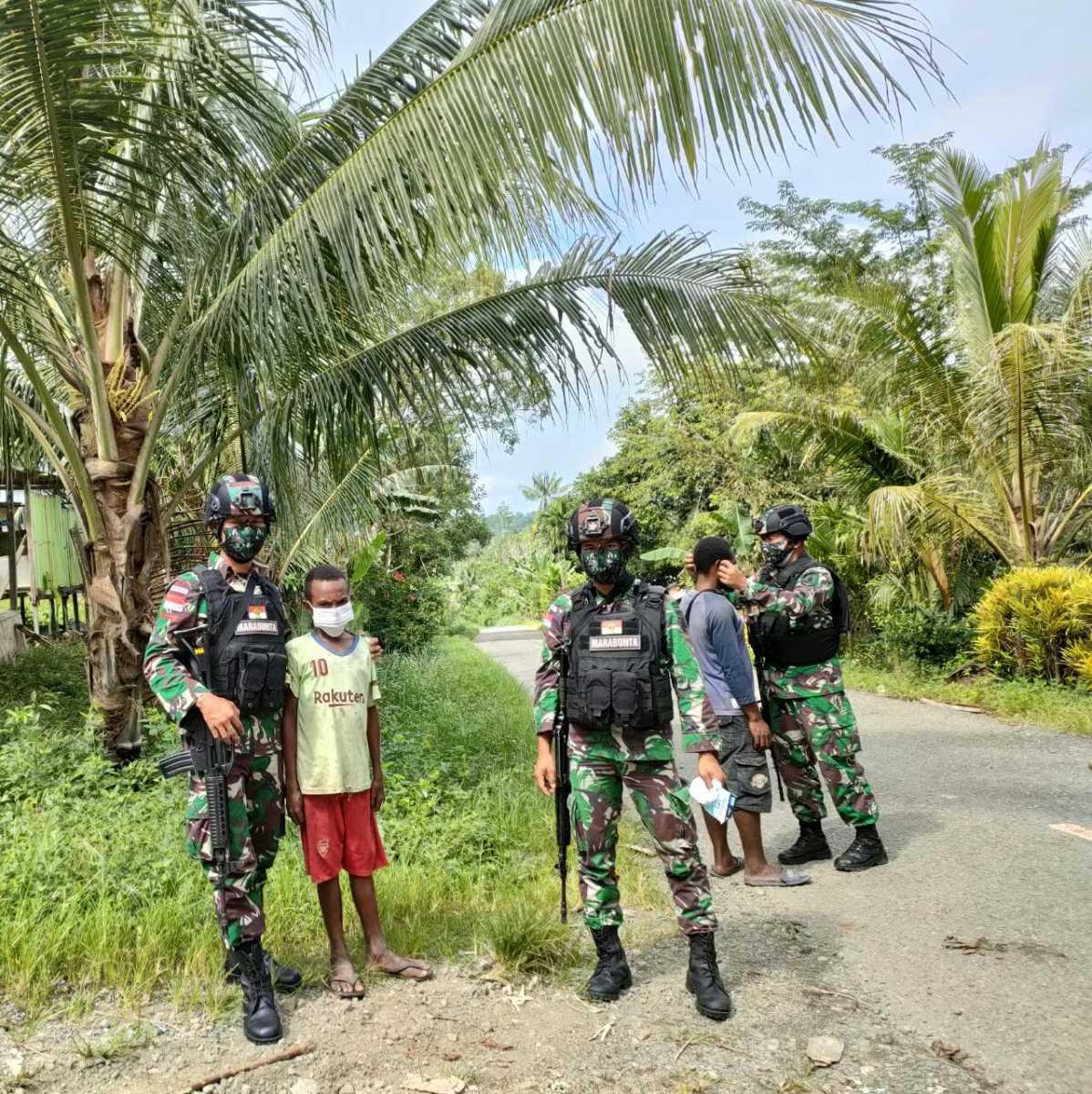 Tingkatkat Disiplin Prokes, Satgas Yonif 512 Bagikan Masker Kepada Masyarakat Perbatasan Papua