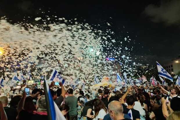Ribuan Warga Israel Turun ke Jalan Untuk Merayakan Lengsernya PM Netanyahu