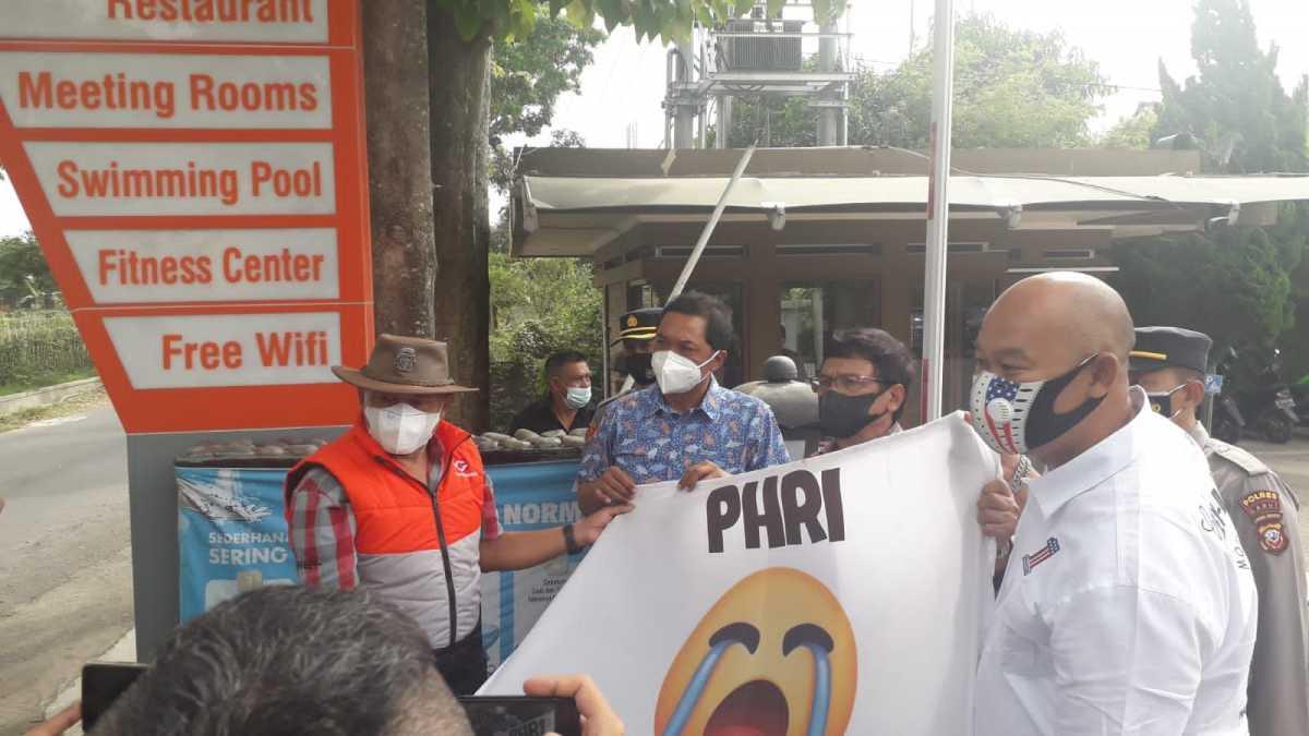 Dampak PPKM Darurat, Puluhan Hotel dan Restoran di Garut Lakukan Aksi Pasang Bendera Putih
