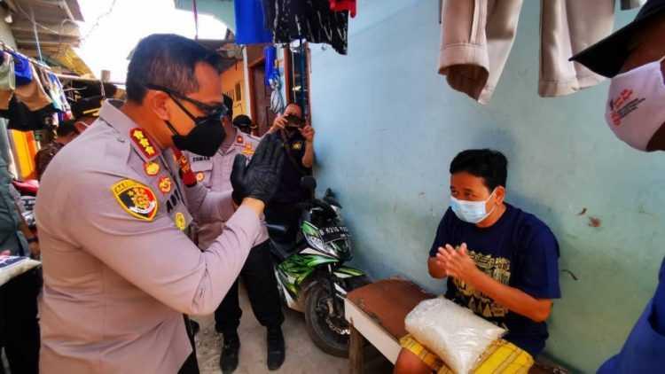Wujud Bakti Bhayangkara, Polisi Salurkan 10 Ton Beras ke Penduduk 'Slum Area' Jakarta Barat