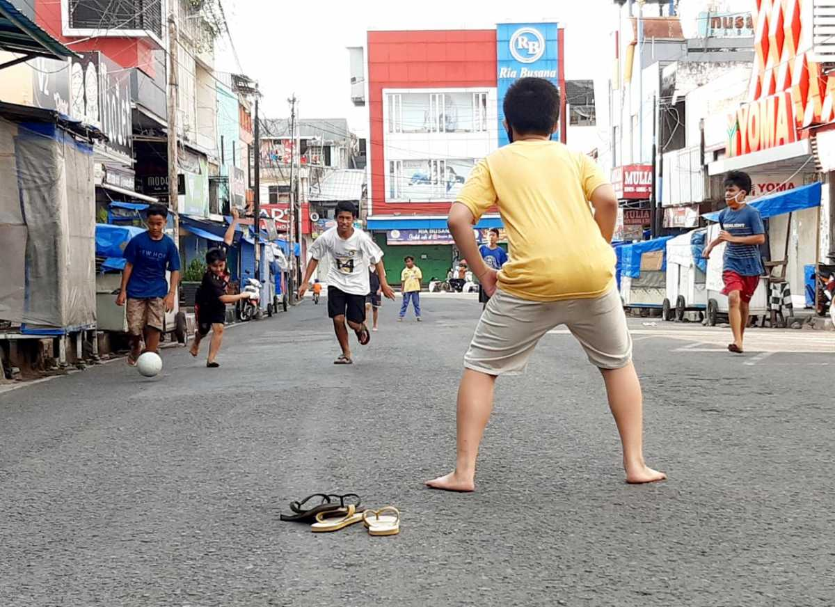 Sejak PPKM Darurat, Jalan Utama Kota Garut Dijadikan Tempat Main Bola Anak - anak