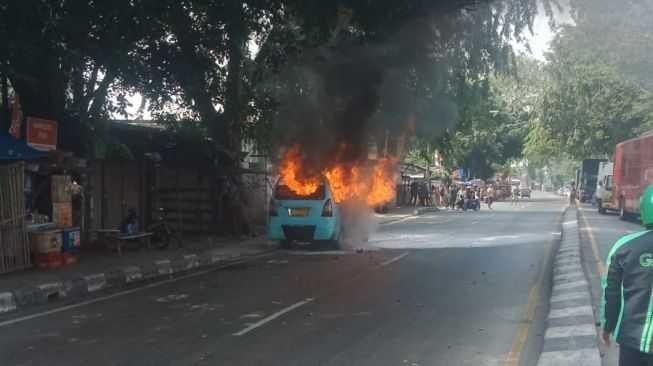 Tiba - tiba Angkot M19 Kranji-Cililitan Terbakar di Jalan Jenderal Sudirman Bekasi Tepatnya Depan Stasiun Kranji