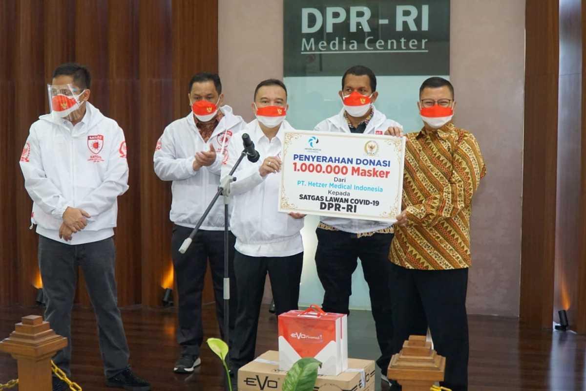 Satgas Lawan Covid-19 DPR Distribusikan Satu Juta Masker untuk Nakes