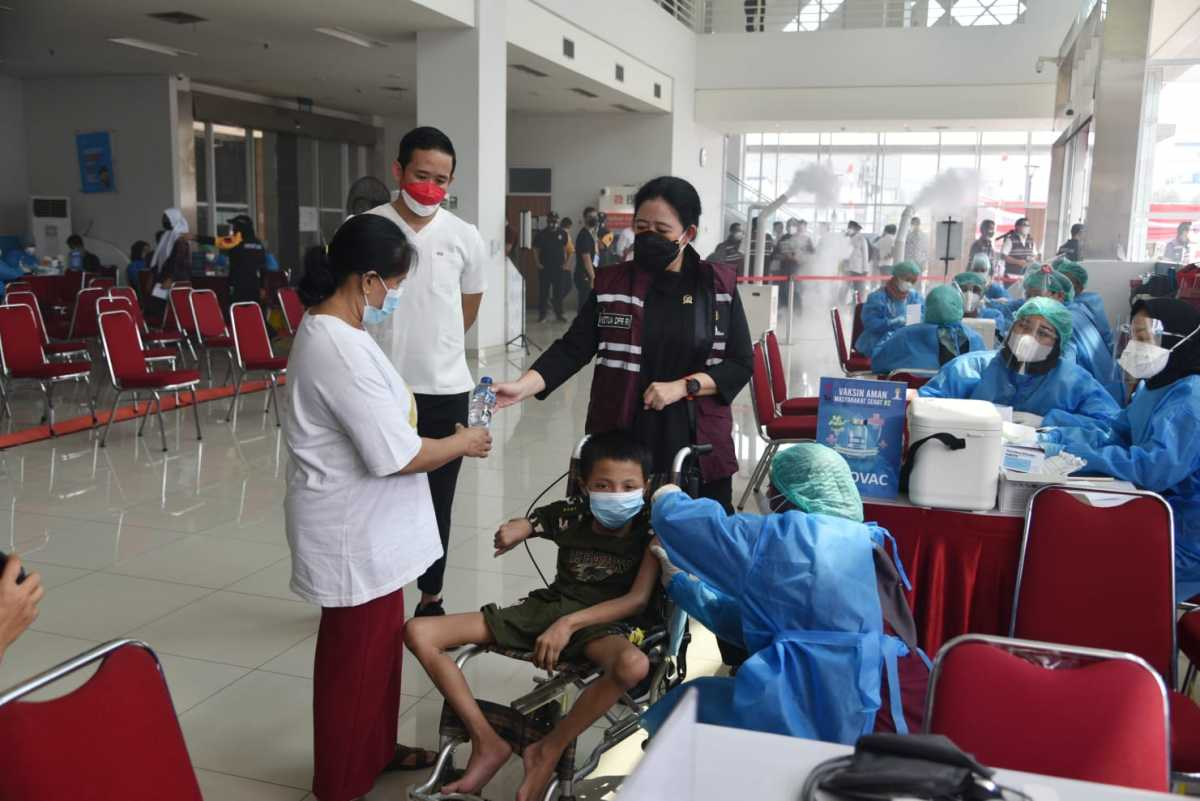 Ketua DPR RI Puan Maharani Temani Anak Difabel Untuk Mendapatkan Vaksin