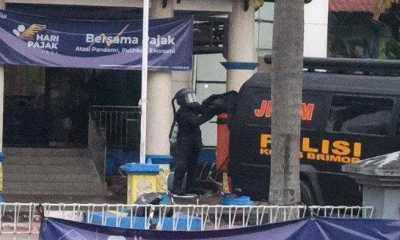 Pasukan Brimob Penjinak Bom Amankan Rangsel Diduga Berisi Bom di Kantor Pajak Singkawang