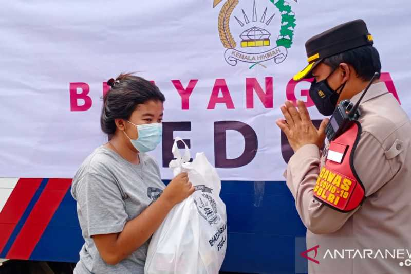 Kurangi Beban Warga di Masa Pandemi, Ditlantas Polda Metro Bagikan Paket Sembako