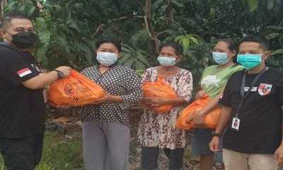 Pemuda Pancasila Singkawang Bagikan Ratusan Sembako Kepada Masyarakat Kurang Mampu Terdampak Covid