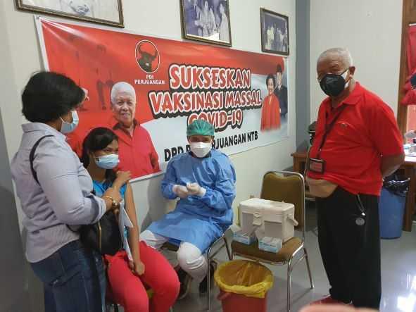 Rahmad Hidayat Gelar Vaksinasi di Kantor DPD PDIP NTB Untuk Membantu Pemerintah Penangani Kasus Covid-19