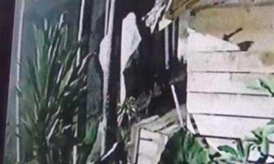 Ada Ada saja ,Seorang Pencuri Mirip Pocong Terekam CCTV Saat Mencuri Tabung Gas dan Bola Lampu