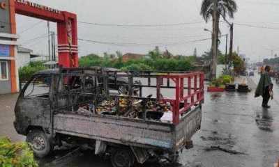 Mobil Bak Terbuka Angkut Buah di Jalan SM Raja Medan Terbalik, Sopir Ditemukan Meninggal Dengan Kondisi Terbakar