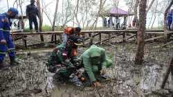 Dukung Program Jokowi, Dandim Singkawang Pimpin Penanaman Mangrove di Pesisir Pantai Kuala