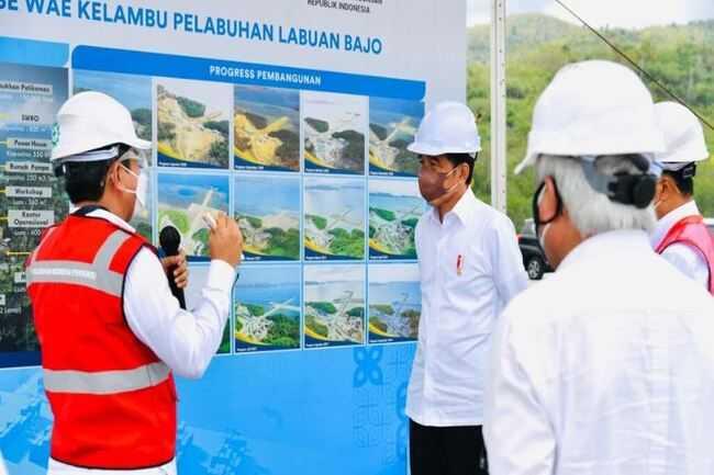 Sebelum Resmikan Penggabungan penggabungan Pelindo dan Terminal Multipurpose, Jokowi Sempatkan Meninjau Aktivitas Bongkar Muat Kapal di NTT